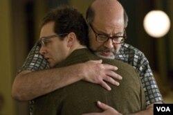 Istri tokoh Larry Gopnik meninggalkan Larry demi teman Larry, Sy Ableman, diperankan oleh Fred Melamed (kanan).