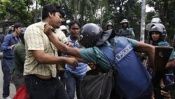 درگیری پلیس شورش با مخالفان سیاسی در مدت اعتصاب ۶ ساعته در داکا، بنگلادش. ۳ ژوئیه ۲۰۱۱