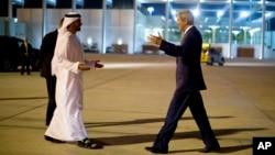 Wezîrê Derve yê Îmaratê Şêx Abdullah Bin Zayid El Nihyan li balafirgeha Abu Dabî pêşwazî li Wezîrê Derve yê Amerîkî John Kerry kir, Yekşembî, 10'ê meha 11, 2013.