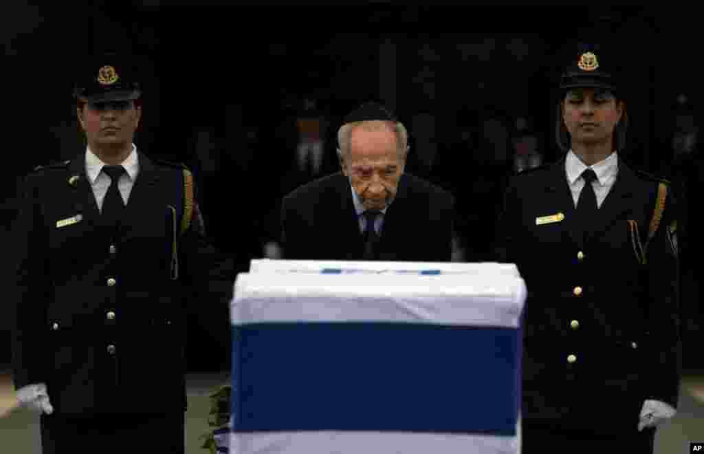 Президент Израиля Шимон Перес у гроба Ариэля Шарона