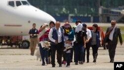 Los inmigrantes deportados, entre ellos niños y mujeres llegaron al aeropuerto internacional de La Aurora en Guatemala.