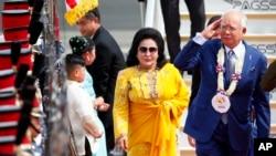 Tư liệu- Thủ Tướng Najib Razak, phải, cùng phu nhân Rosmah Mansor, tại Phi trường quốc tế Clark ở tỉnh Pampanga, phía Bắc Manila, Philippines, Ảnh chụp ngày 12/11/2017.