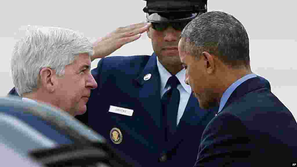 Le gouverneur du Michigan Rick Snyder et le président Barack Obama, après son arrivée sur Air Force One, à l'aéroport international Bishop de Flint, au Michigan, Le 4 mai 2016.