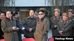 지난달 20일 조선인민군 제534군부대 직속 기마중대 훈련장을 시찰하는 북한 김정은 국방위원회 제1위원장과 핵심 인사들.
