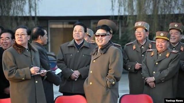 20일 조선인민군 제534군부대 직속 기마중대 훈련장을 시찰하는 북한 김정은 국방위원회 제1위원장. 조선중앙통신 보도.