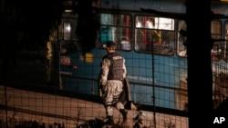 Polisi Bosnia mengamankan lokasi di mana 2 tentara tewas dibunuh di Sarajevo, hari Kamis (19/11).