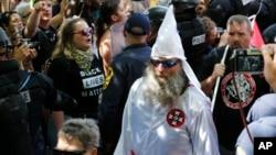 تجمع راستگرایان افراطی در ویرجینیا با اعتراض گروه های مخالف نژاد پرستی روبرو شد.