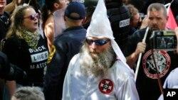Un membre du Ku Klux Klan escorté par la police lors d'une manifestation à Charlottesville, le 8 juillet 2017.