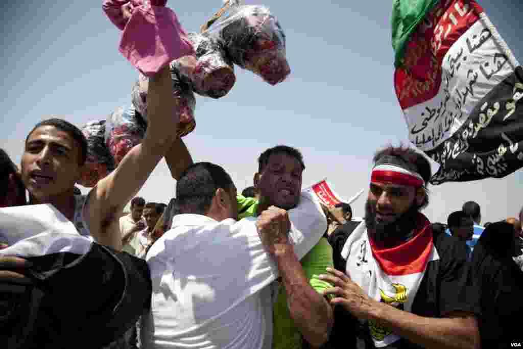 Mubarakovi protivnici proslavili su doživotnu robiju za bivšeg vođu (VOA's Y. Weeksk)