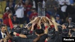 지난달 28일 '보스턴 레드삭스(Boston Red Sox)'가 로스앤젤레스 다저스(Los Angeles Dodgers)를 상대로 이기고 난 후 보스턴 레드삭스 선수들이 월드시리즈 우승컵을 들고 환호하고 있다.