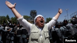 Unos 200 manifestantes pasaron la noche bajo dos grandes tiendas de campaña en una carretera próxima al palacio presidencial.