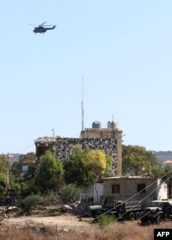 Helikopter yang mengangkut anggota delegasi Lebanon untuk menghadiri putaran pertama pembicaraan dengan delegasi Israel di pangkalan penjaga perdamaian PBB (tidak terlihat dalam gambar) di Naqura, kota perbatasan Lebanon, 14 Oktober 2020.