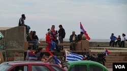 Simpatizantes del Frente Amplio esperan los resultados frente al hotel NH Columbia, donde estarán Mujica y Astori.