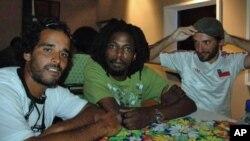 Músicos angolanos Ikonoklasta (à esquerda), DJ Johnny e DJ Mpula (foto de arquivo)