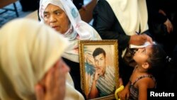 FILE - Palestinians take part in a rally calling for the release of Palestinian prisoners from Israeli jails, in Gaza City September 2, 2013.