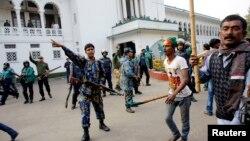 Cảnh sát cố gắng ngăn các nhà hoạt động của đảng cầm quyền - Liên đoàn Awami - tấn công các luật sư trung thành với đảng Quốc gia Bangladesh (BNP) trong một cuộc biểu tình bên ngoài Tòa án tối cao ở Dhaka, ngày 29/12/2013.