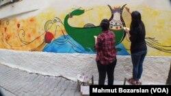 Diyarbakırlı kadın ressamlar duvarlardaki küfürlü yazılar için harekete geçti