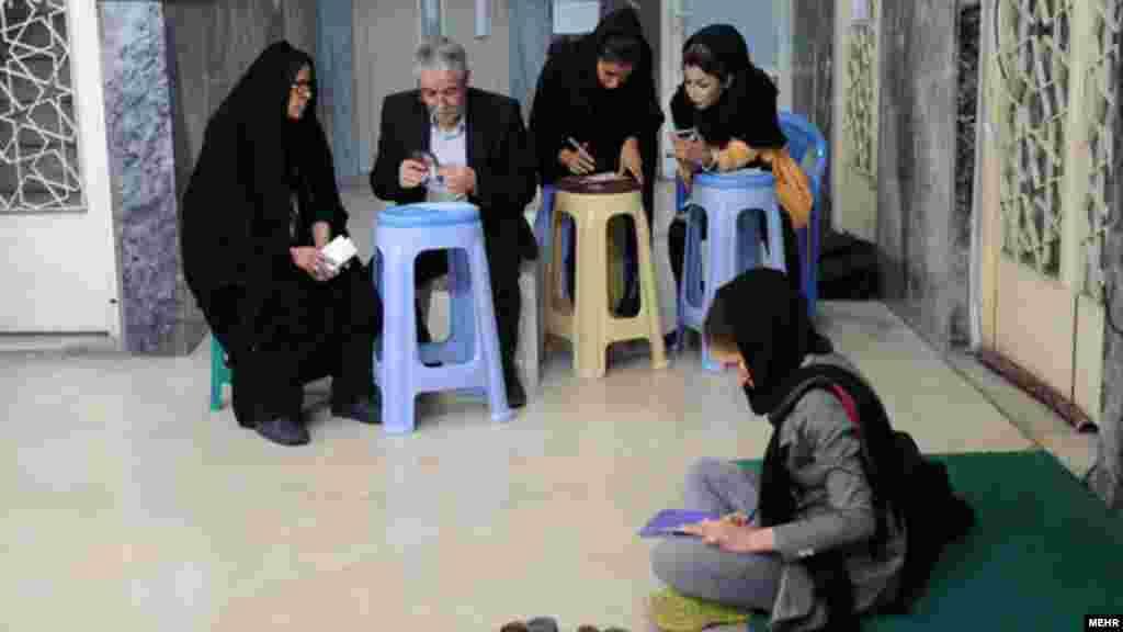 یکی از حوزه های رای گیری در تهران