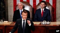 法國總統馬克龍對美國國會兩院發表演說。坐在他身後的是兼任參議院議長的美國副總統彭斯和美國眾議院議長瑞安。 (2018年4月25日)
