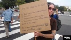 Una mujer protesta en Washington por la falta de acuerdo en el Congreso para evitar el cierre del Gobierno (Foto: Héctor Cerpa, VOA)
