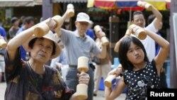 Người dân Nhật tập thể dục tại tại một ngôi đền ở Tokyo. Theo kết quả nghiên cứu, các nước Á châu có ít người bị tàn tật nhất.
