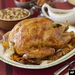 ໄກ່ງວງອົບ ແລະເຄື່ອງກິນປະກອບທີ່ນໍາມາກິນລ້ຽງ ກັນໃນວັນບຸນ Thanksgiving ຕາມປະເພນີ