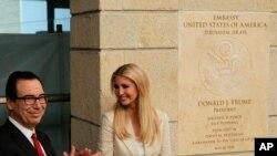 Ćerka predsednika Trampa Ivanka Tramp i sekretar za finansije Stiv Mnučin prisustvuju ceremoniji otvaranja nove američke ambasade u Jerusalimu 14. maja 2018.