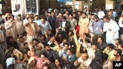 (پی آئی اے) کے ملازمین کا انتظامیہ کے خلاف احتجاج