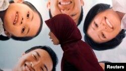 Seorang staf bank syariah berbicara dengan nasabah dalam sebuah festival ekonomi syariah di Jakarta. (Foto: Dok)
