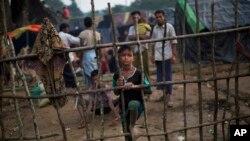 방글라데시로 피난한 미얀마의 로힝야족 난민들이 5일 국경 도시 우크히아의 난민수용소에 도착했다.