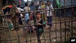 Para pengungsi Rohingya yang baru tiba di kamp pengungsi Kutupalong di Ukhia, Bangladesh, Selasa (5/9).