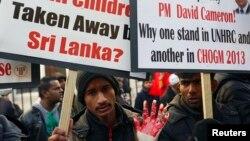Người Tamil đeo găng tay dính máu trong một cuộc biểu tình tại London.