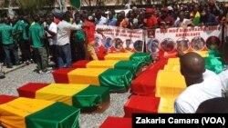 Onze corps avant l'enterrement à Conakry, Guinée, le 4 novembre 2019. (VOA/Zakaria Camara)