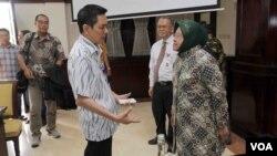 Komisaris Otoritas Jasa Keuangan Firdaus Djaelani dan Walikota Surabaya Tri Rismaharini saat bertemu dengan pihak korban Airasia QZ8501, di Balai Kota Surabaya (30/1) Foto: Petrus Riski/ VOA.
