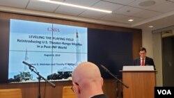 미국 국방부 정책기획 담당 부차관보를 지낸 토머스 만켄 전략예산평가센터(CSBA) 대표가 8일 워싱턴에서 열린 미사일 안보 토론회에서 발언하고 있다.