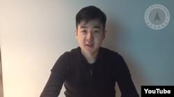 말레이시아에서 피살된 북한 김정남의 아들 김한솔이 인터넷에 처음으로 모습을 드러냈습니다. 김한솔은 'KHS 비디오' 라는 제목의 동영상에서 아버지가 며칠 전 살해됐고 자신은 가족들과 대피했다고 밝혔습니다.