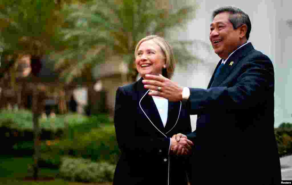 Clinton shakes hands with Indonesian President Susilo Bambang Yudhoyono upon her arrival for a bilateral meeting at the Presidential Palace in Jakarta, September 4, 2012.