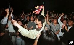 1999年5月8日,在北约误炸中国驻南斯拉夫大使馆之后,北京学生在美国使馆外面焚烧美国国旗