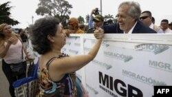 El Secretario General de la OEA, Luis Almagro (R), saluda a una mujer venezolana en el Puente Internacional Simón Bolívar en Cúcuta, Colombia, en la frontera con Venezuela, el 14 de septiembre de 2018.