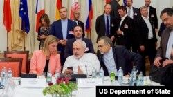 از چپ: فدریکا موگرینی مسئول سیاست خارجی اتخادیه اروپا، جواد ظریف وزیر خارجه ایران و حسین فریدون - ۷ ژوئیه ۲۰۱۵