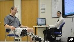 Prototipo de pierna biónica desarrollado en instituto de investigación en Chicago.