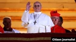 Tân Giáo hoàng Phanxicô xuất hiện trên ban công của Vương Cung Thánh Đường Thánh Phêrô, ngày 13/3/2013.