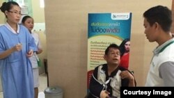 Cambodian opposition CNRP lawmaker Nhay Chamroeun is seen in a wheelchair at Phyathai hospital in Bangkok on Tuesday, October 27, 2015 after being beaten by protesters in Phnom Penh, Cambodia on Monday. (Courtesy of Nhay Chamroeun)