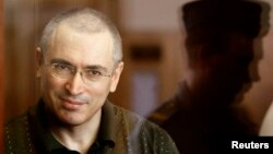 Taipan minyak Rusia Mikhail Khodorkovsky saat menghadiri sebuah sidang pengadilan di Moskow. (Foto: Dok)