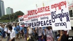 Aktivis Burma berdemo pada hari Perdamaian Internasional, 21 September di Yangon, menuntut gencatan senjata di daerah etnis Kachin yang terus bergolak (foto:dok).