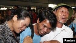 Thủy thủ Hồ Xuân Hương bật khóc khi gặp lại bố mẹ tại sân bay Nội Bài ở Hà Nội, ngày 24/7/2102