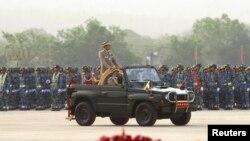 ນາຍພົນອະວຸໂສ Min Aung Hlaing ຜູ້ບັນຊາການກອງທັບມຽນມາ ກວດກາກອງທະຫານ ໃນລະຫວ່າງການສວນສະໜາມ ໃນວັນກອງທັບ ປີທີ 68 ໃນນະຄອນຫລວງ Naypyitaw, ວັນທີ 27 ມີນາ 2013.
