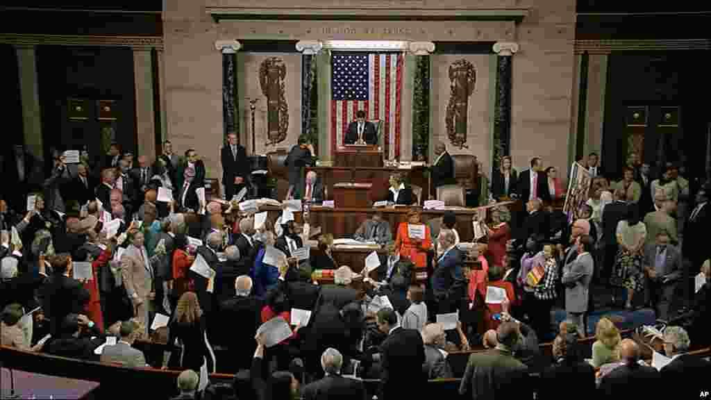 Ketua DPR Paul Ryan berdiri di podium untuk memimpin sidang Rabu malam (22/6), diprotes para anggota DPR dari Partai Demokrat.