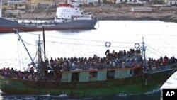 Des migrants partis des côtes nord-africaines tentent souvent d'atteindre l'île italienne de Lampedusa