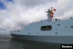 11일 중국 광둥성 잔장항에서 지부티로 향하는 함정 선상에 도열해 경례하고 있는 인민해방군 장병들.